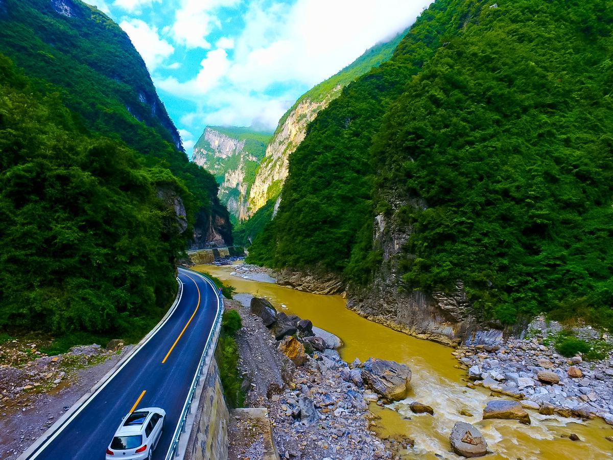 【飞越巴山峡谷】无人机飞越峡谷