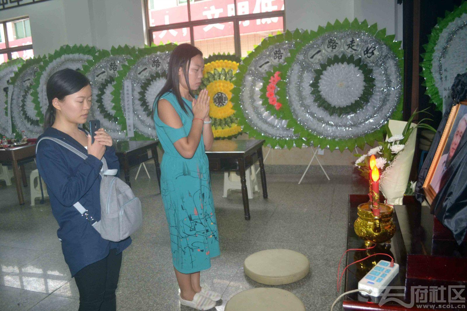 《酒城新报》两位记者来灵堂,表达对逝者蒋维熙老师的哀悼与敬意.jpg