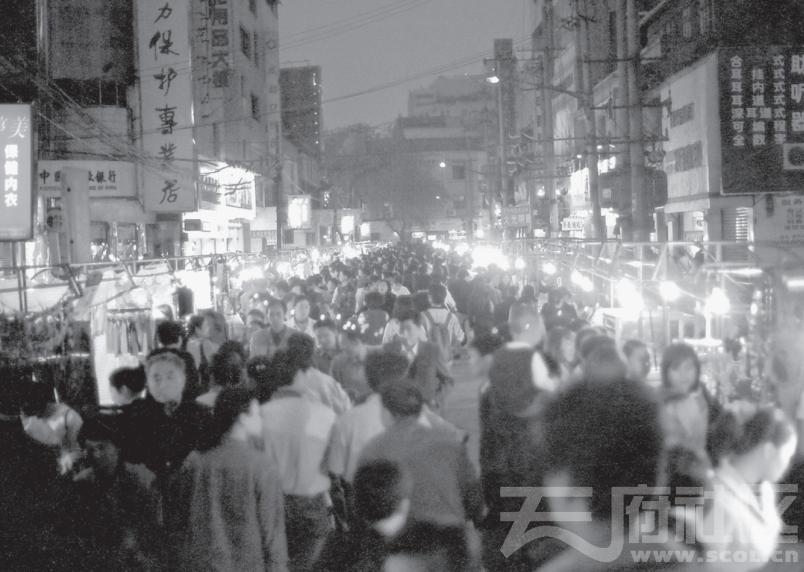 春熙路夜市的最后一夜,2001年4月21日,韩国庆摄影.png