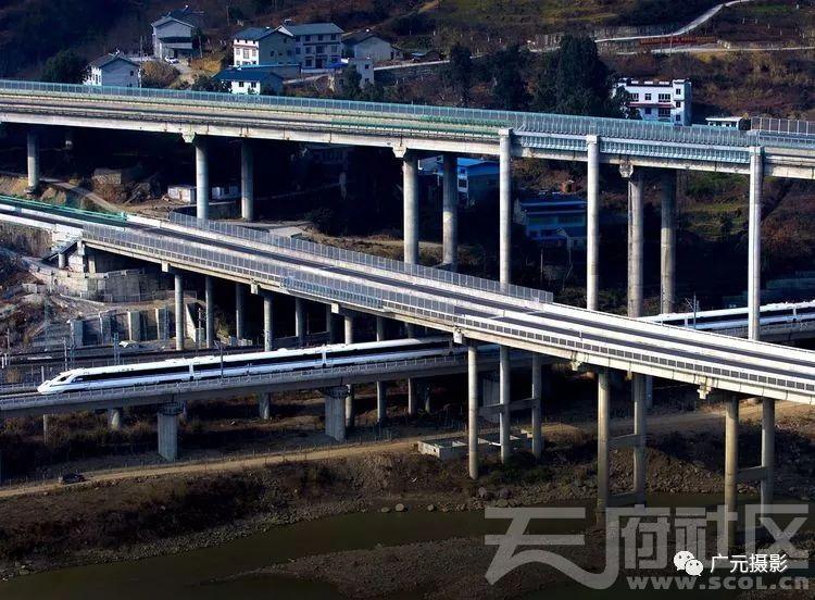 西成高铁穿过京昆高速和绕城高速公路嘉陵江大桥