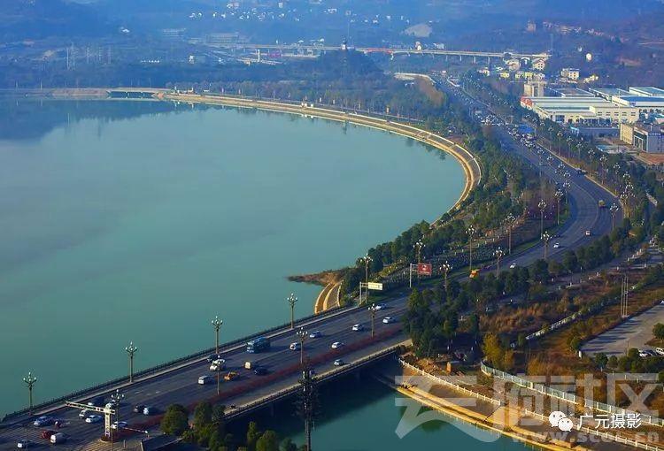 嘉陵江,西滨道。远处是兰渝铁路桥。