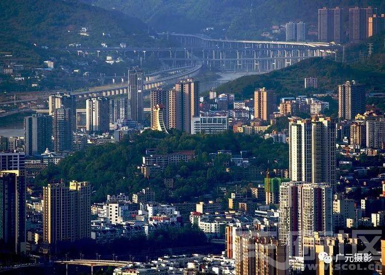 广元老城及远处的瓷窑铺交通枢纽