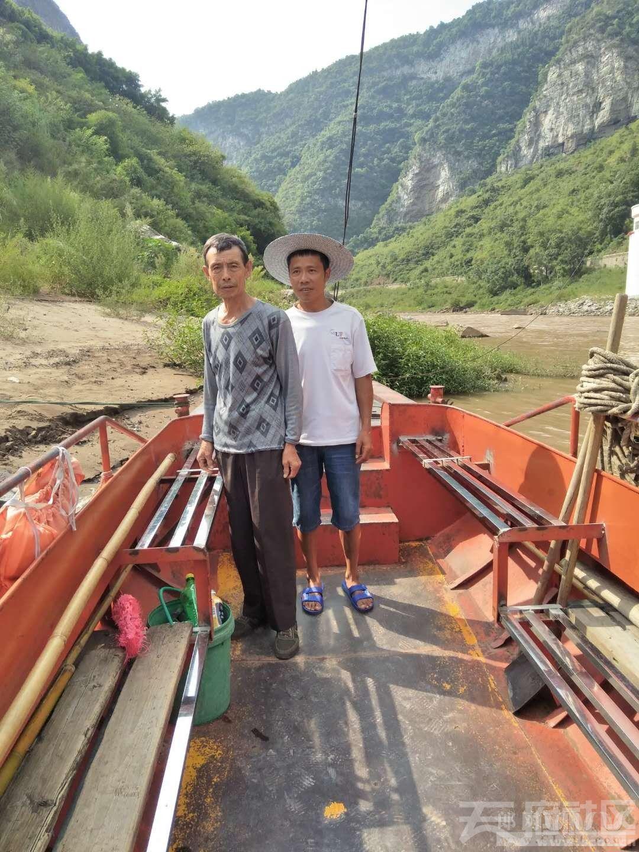 最后客渡船工叫胡军46岁,其父胡开祥69岁,贵州美酒镇马桑坪街村人,他们家是三代船工。p.jpg