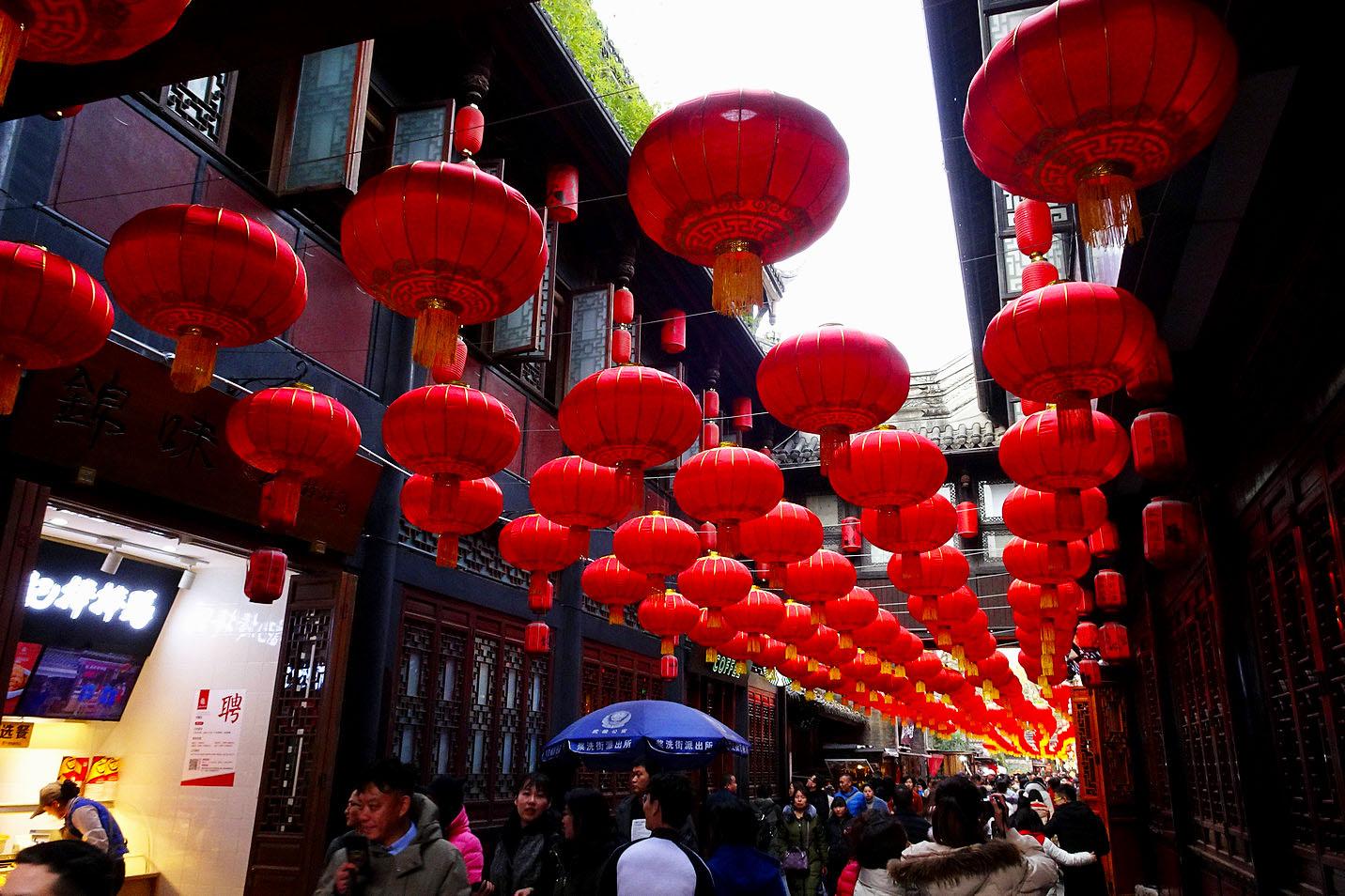 """""""腊八节""""一过,中国的农历猪年就要快要到来啦!看锦里张灯结彩,红红的灯笼,浓浓的年味,喜气的人们,迎 ..."""