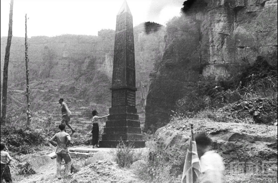10 剑门关纪念碑 1943.JPG
