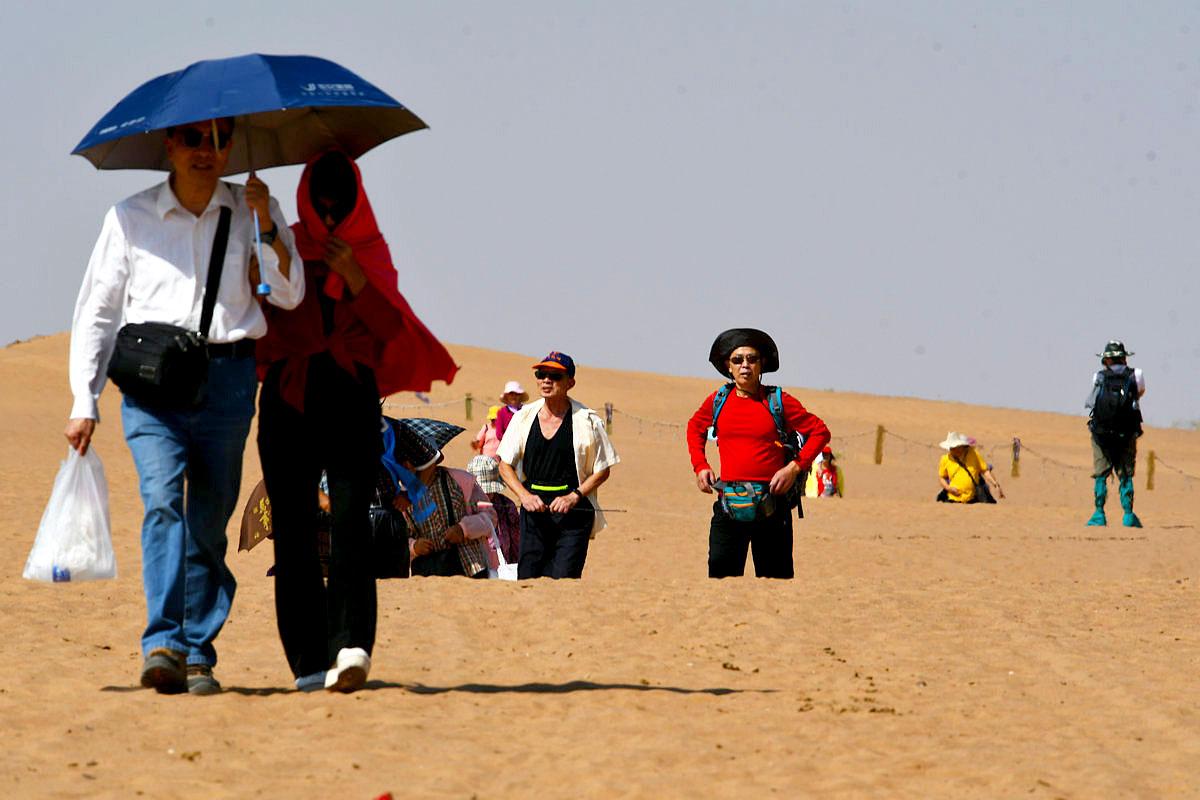 大漠深处,一队队驼铃声声,一辆辆冲沙汽车,一群群走出沙漠的人群,一处处绿洲,构成大漠深处的画卷展现在 ...