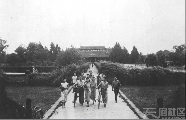 4 华西大学 办公楼前的学生们 ca.1943.JPG