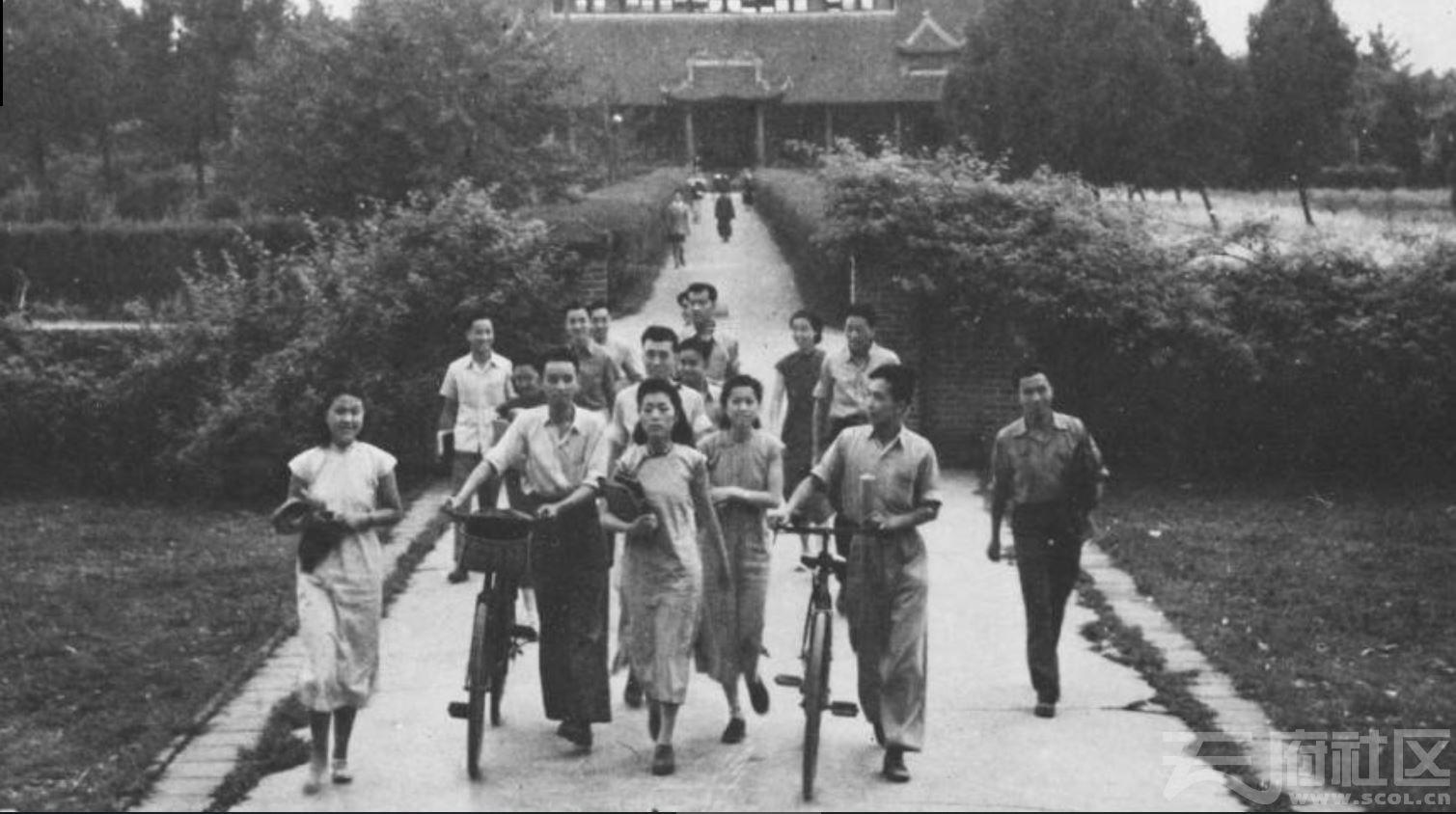 5 华西大学 办公楼前的学生们  ca.1943.JPG