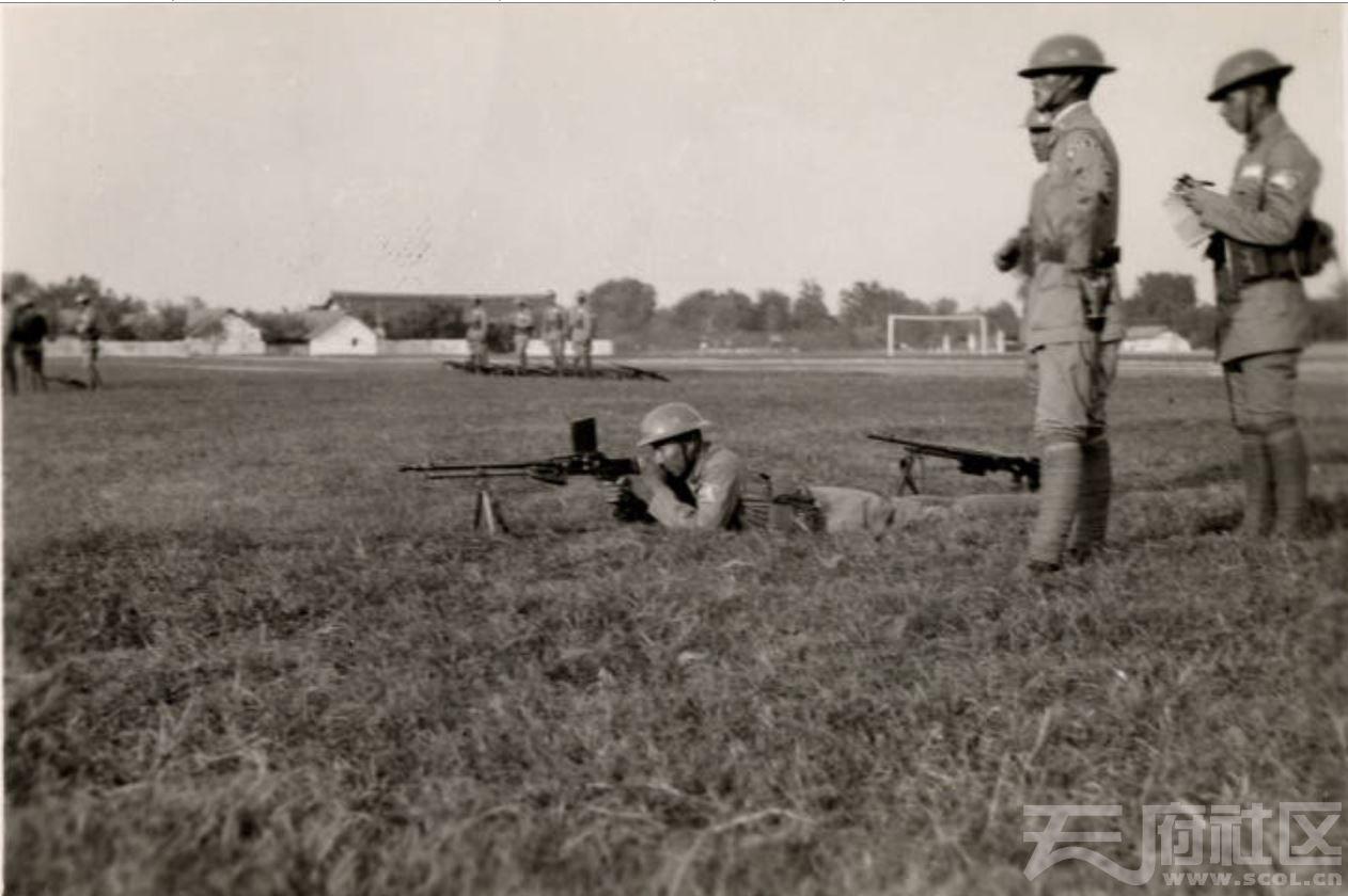 11 华西大学 在操场附近受训的国军 1935-1945.JPG