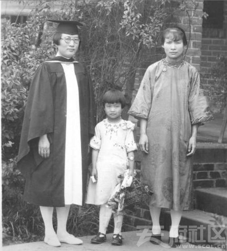 18 华西大学 毕业女生与家人 ca.1935.JPG