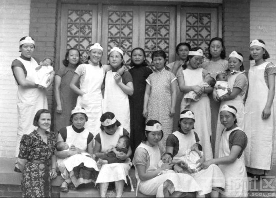 32 华西大学 妇产科学生 ca.1942.JPG