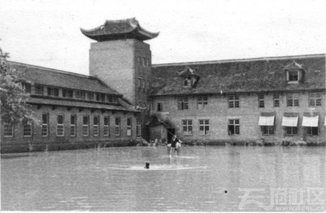 35 华西大学 校园里的洪水 1947.JPG