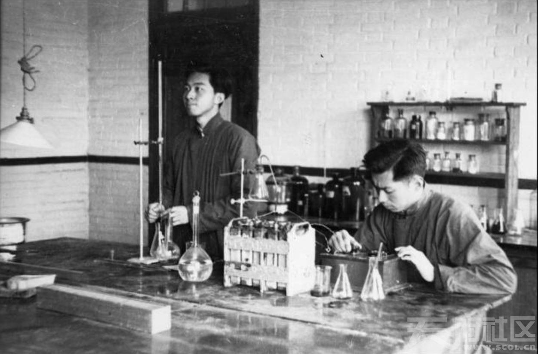 38 华西大学 做化学实验的学生 ca.1944.JPG