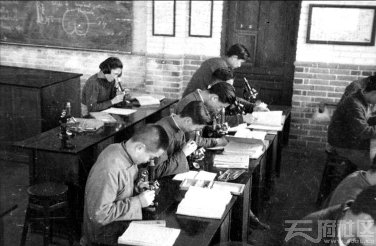40 华西大学 医学实验室的学生 ca.1944.JPG