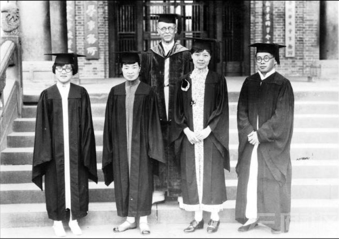 42 华西大学 药学毕业生 ca.1946.JPG