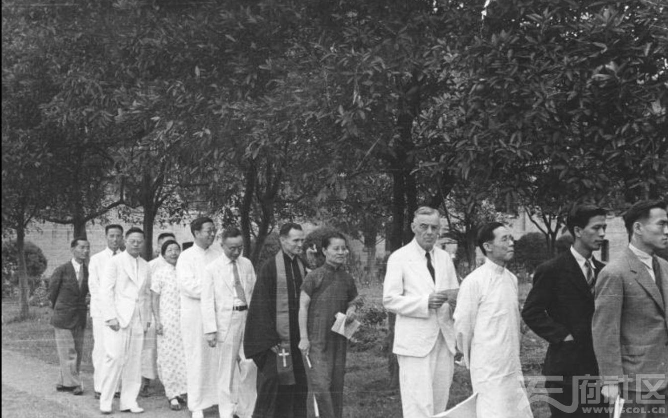 51 华西大学 赴毕业典礼会场 ca.1943.JPG