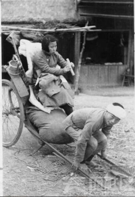 22 华西大学 金陵女子大学学生乘人力车赴农村 吃着甘蔗解渴 车上有她的行李 ca.1937.JPG