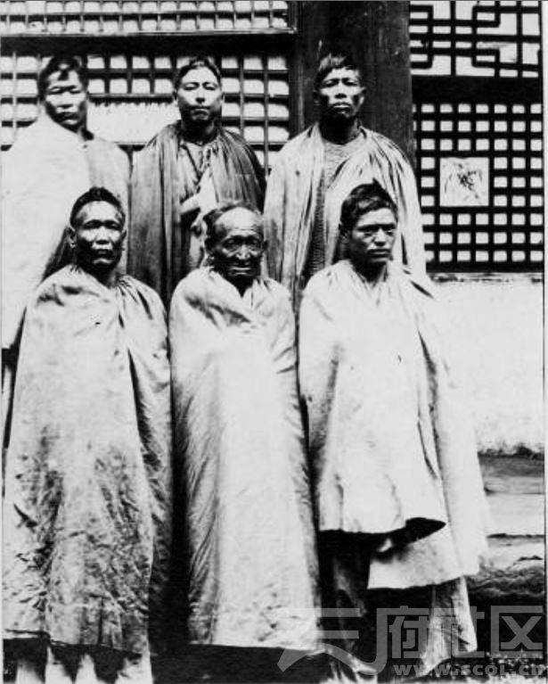 23 乐山 被关押的屏山或金沙江倮倮酋长 1915-1925.JPG
