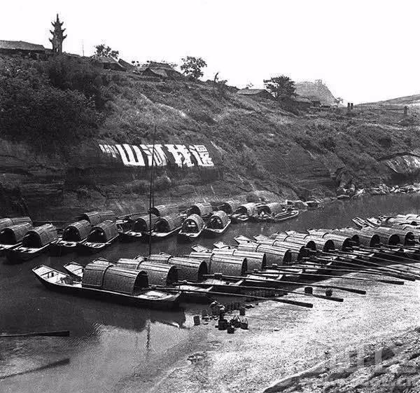 """釜溪河中的运盐船以及岸边崖坡上的""""还我河山""""的标语。当时日本帝国主义侵略的战火虽然还很少波及四川以 ..."""