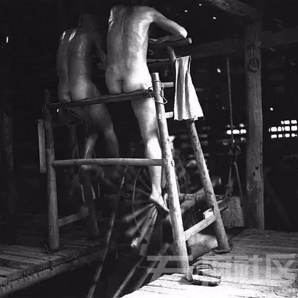 盐工在车盐水作业,从深井打盐卤极为苦累,盐工工作时一丝不挂还浑身汗湿。架子右边的布用来在有外人进来时 ...