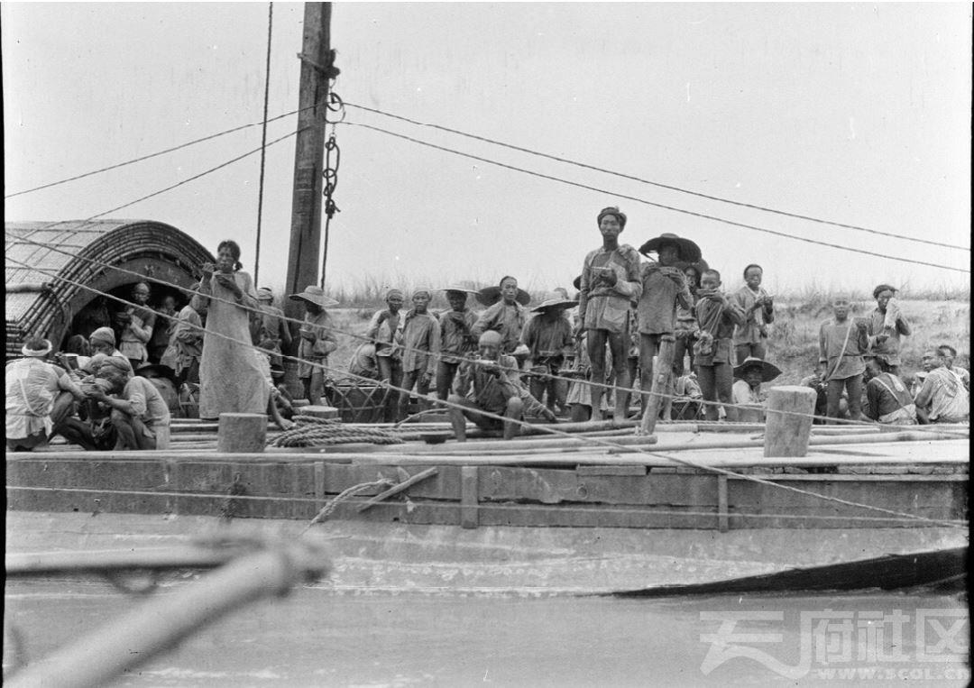 4 射洪 洋淘溪场(今洋溪镇)渡口船上的人群 1917.JPG