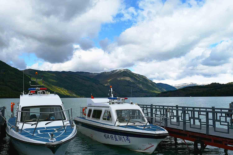 坐船游览喀纳斯湖