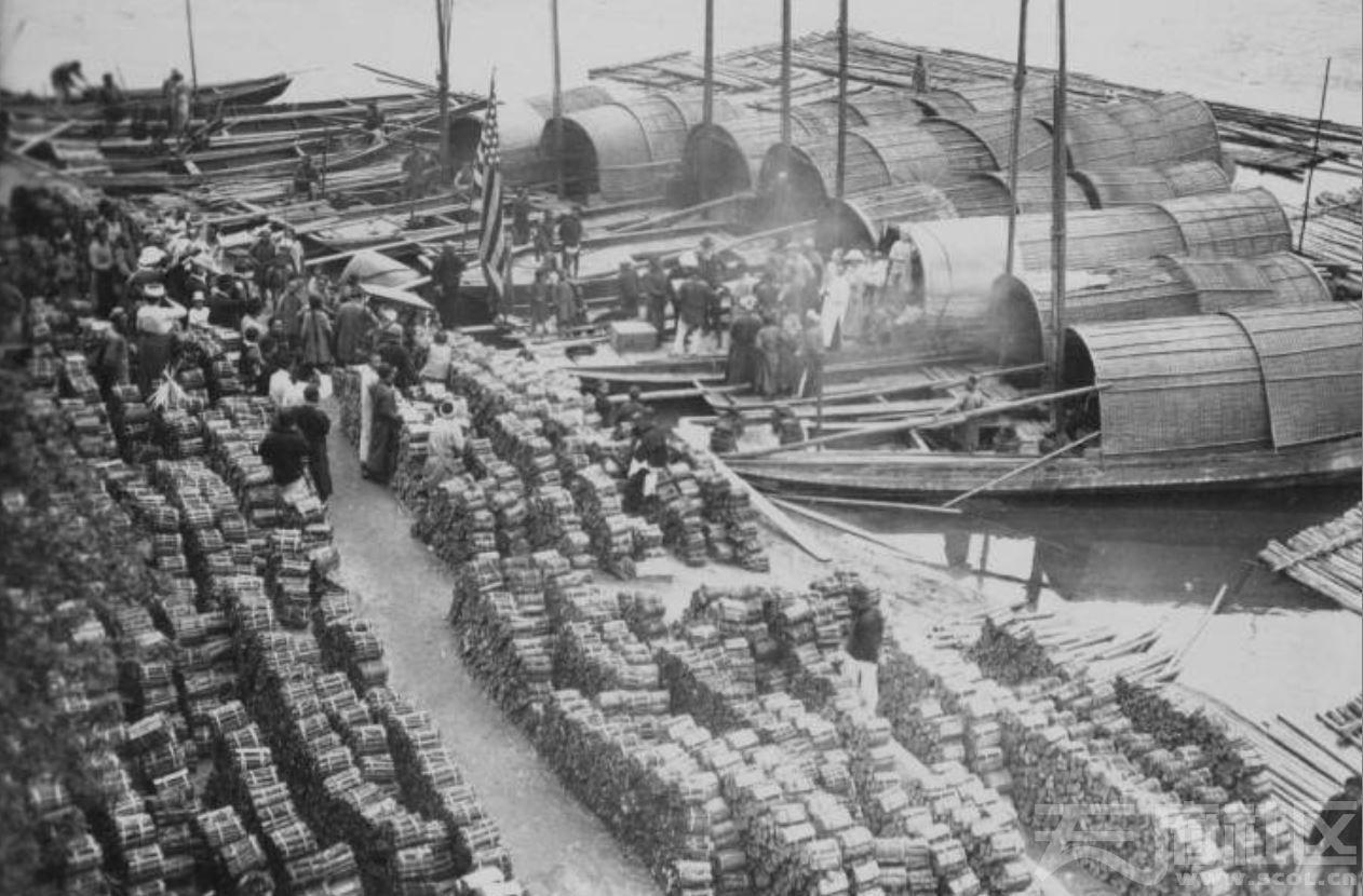 2 美国传教士在乐山小西门上岸 岸边堆积许多劈柴捆 1915-1925.JPG