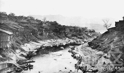 10 万县 从万州桥俯瞰 苎溪河 1870-1912.jpg