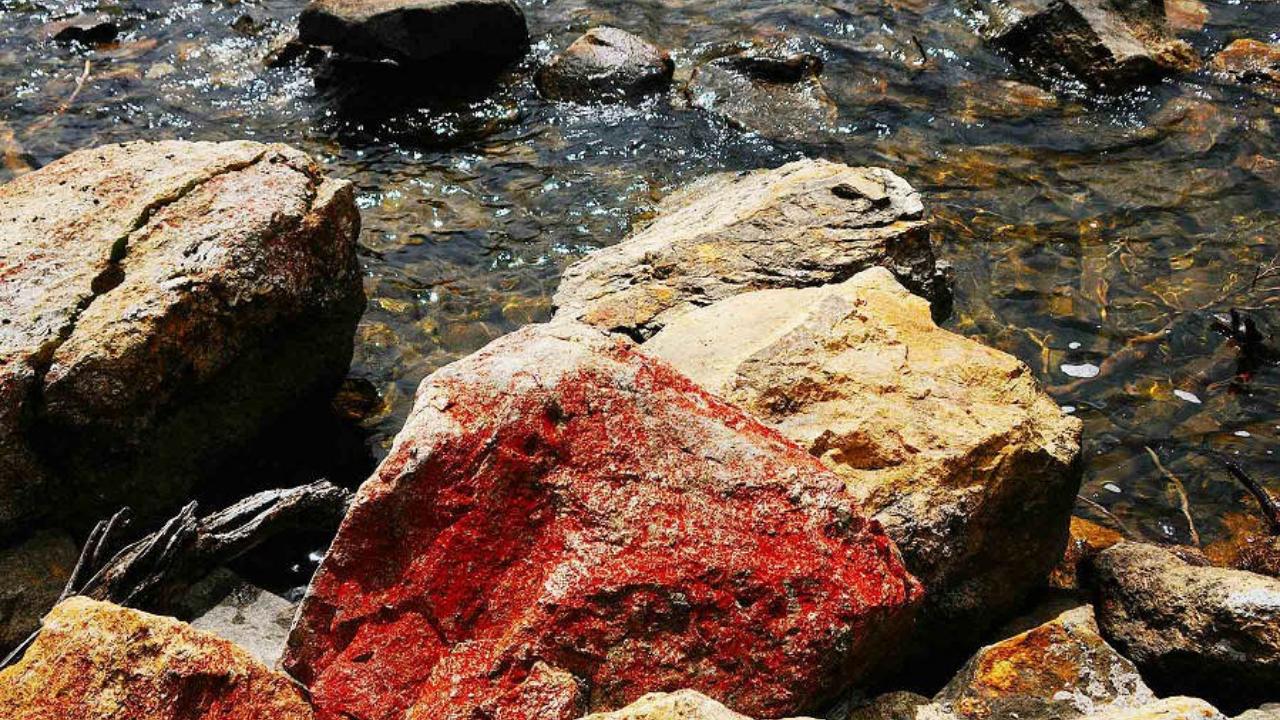 木格措的红石头