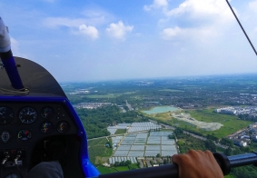 坐三角翼航空器 飞翔绿色安仁上空