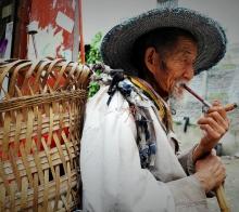 【【  吸 叶 子 烟 的 老 农  】】………………