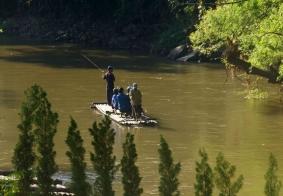 【大千世界】泰国清迈竹排上的游客