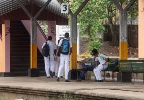 【大千世界】斯里兰卡等候火车的学生